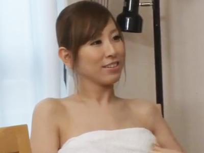 風呂上がりのバスタオル一枚で息子の友人を誘惑してパコる痴女ママ