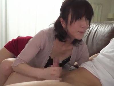 熟女妻が年下の思春期チンポをねっとり手コキで即抜き