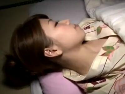 寝ている浴衣美人を潔く夜這い→途中からは一緒になって中出しパコ
