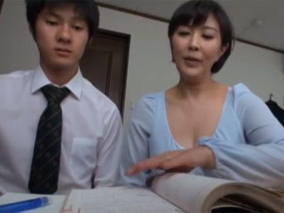 若男に勉強を教える内に発情してしまった熟女妻→流れでパコ展開