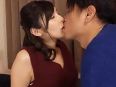 濃厚なキスでスイッチの入った美人妻が体を震わせ他人棒で絶叫アクメ