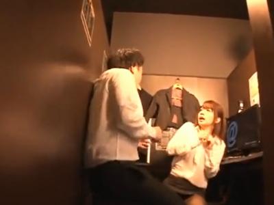 「や、ヤメてください…!」カップルシートに上司と入ったOLが声を殺しながら調教レイプ