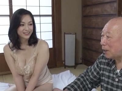 巨乳の美人妻が現役AV男優のおじいさんと濃厚プレイ