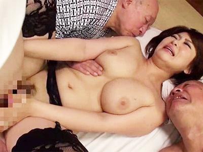 老人達とのNTR乱交で生ハメ中出し&顔射され肉便器状態の巨乳妻