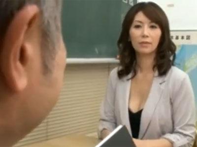 ムチムチで淫乱な熟女母が学園内で息子と禁断の近親相姦パコ