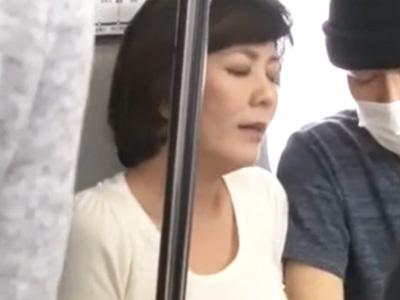 痴漢で感じてしまった熟女が駅のトイレに連れ込まれ中出しされるw