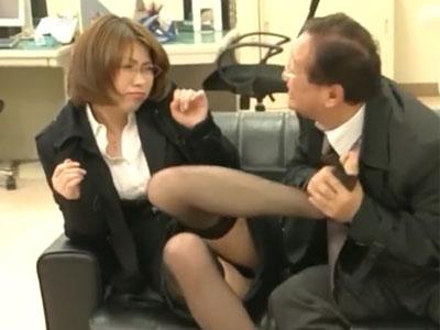 「ちょっと待ってください!」汚らしい上司のおっさんに突然犯されてしまう部下OL