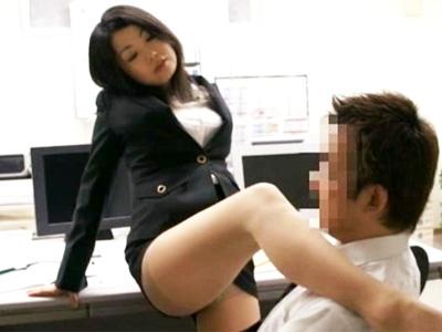 「そんなに足が好きなの?」会社で女子社員の脚ばかり見ていたのがバレて‥