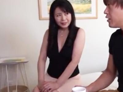 欲求不満の美人妻が自慢のセクシーランジェリー姿で若者を痴女って中出しSEX!