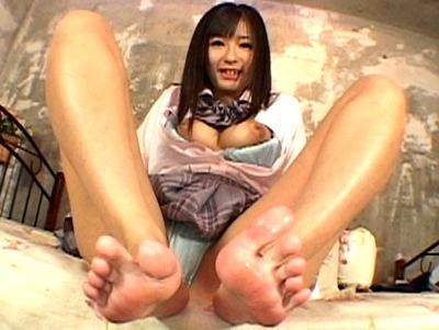 「ヒクヒクしてるよ…?」美少女JKたちの足コキでなじられながら大量射精!