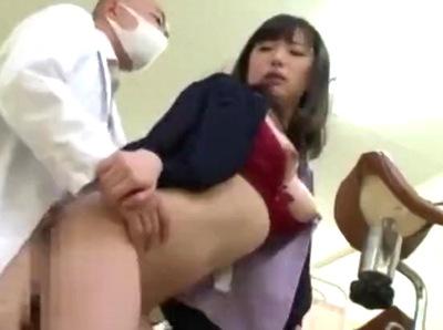 悪徳な膣内検診→潤滑油というなの媚薬を塗られ…ハゲ医者チンポで赤面する人妻さん