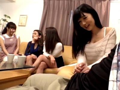 SEXのことばかり考えてる痴女4人が集まってとっかえひっかえのハーレム展開w