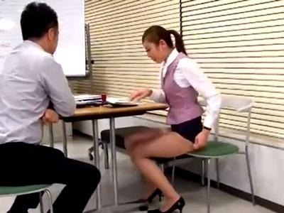 派遣社員さんにパンツ見えるくらいの超ミニを履かせて強引なセクハラ業務w