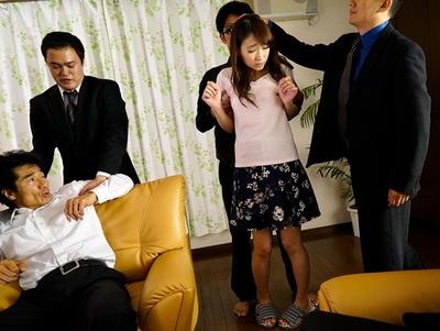 完全非合法な奴〇オークション!売り飛ばされた美人妻は夫の目の前で中出しレイプに!