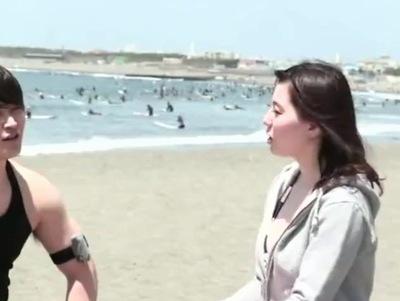 「一人で…ちょっと」海で黄昏てたほんわか素人さんが男優チンポにうっとりパコ