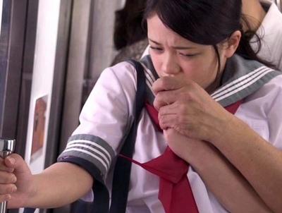 「(え…ウソ…)」通学途中で初めて痴漢してきた相手は…なんとお父さんだった…!
