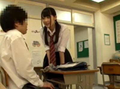 「ねぇ…私見ちゃったんだよね♡」他の子とのSEXをみた小悪魔JKが学校で誘惑騎乗位