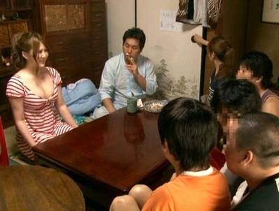 Jカップ美女が男7人の大家族母を体験!2泊3日の性生活まで面倒みるSEX三昧