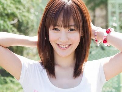 透き通るようなアイドル美少女がAVデビュー!ポジティブで笑顔の可愛い美少女が初絡みから本気イキ