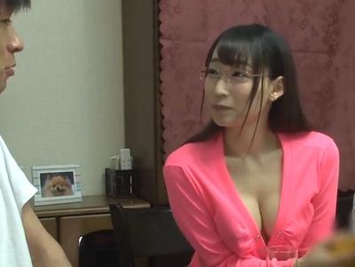 いつも胸元ゆるゆる!自分から乳首見せてくる淫乱眼鏡お姉さんの痴女プレイ!