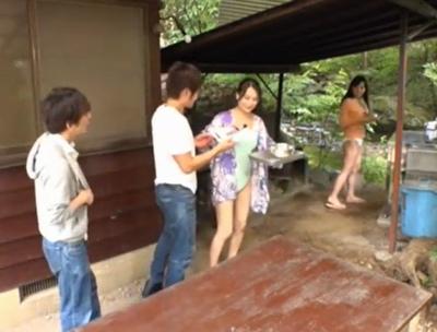 キャンプ場で青年のデカチンを発見した人妻…青姦ファックで悶絶不倫♡