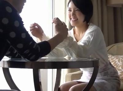笑顔の可愛い黒髪純真系な美少女がイケメンに抱かされていつも以上の敏感SEX