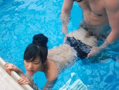 「ぁあ!奥イイ♡」バシャバシャ音を立てながら水中バックでアヘ顔イキ