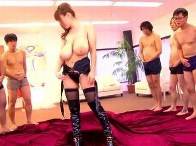 爆乳娘が複数の男相手に乱交開始!身体の至る所にぶっかけられながらも自慢の超乳で一網打尽!