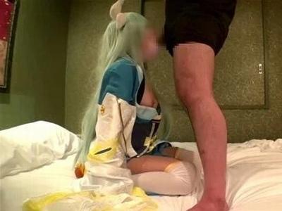 素人レイヤー個撮が流出!マスク付けた状態でもわかる美少女がオッサンチンポで乱れイキ