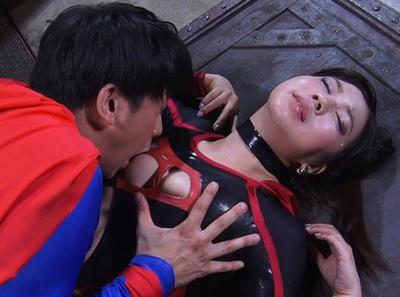 股間に魔の電気を流し込み、性的暴力でヒーローを陥れようとする悪の女戦士w
