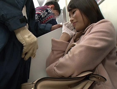 痴漢しようとしたら…微笑んでる!?満員電車で出くわした痴女が手袋でチンポを弄ぶw