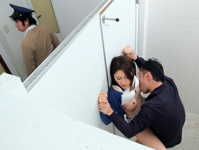「ば、バレちゃぅ…///」痴漢のおとり捜査に加わった女警備がプロ痴漢の愛撫で骨抜きにされる!