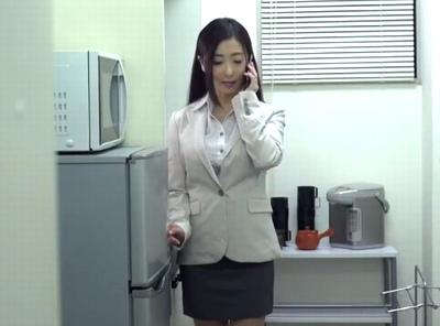 「あなたごめん…今日も残業で」会社に残された人妻は朝まで上司と不倫残業w