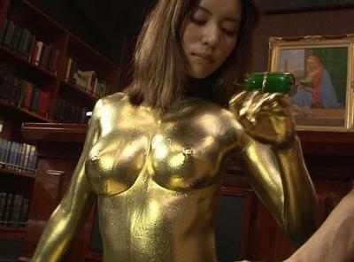 未だに根強い人気のある金箔プレイ!髪の毛まで金に染まった美女に大量中出し
