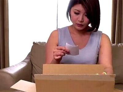 どうしても子供が欲しい若妻はマイクロビキニを買って夫の帰りを待ちわびていると…そこに現れたのは!?