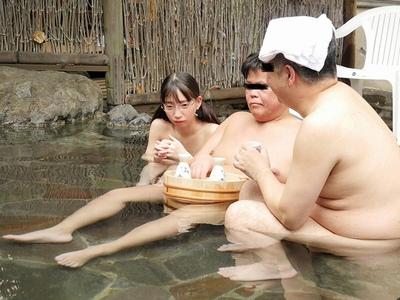 お父さんと一緒に温泉に来た無防備ロリロリ少女が…2人きりになったらチンポしゃぶってきた!