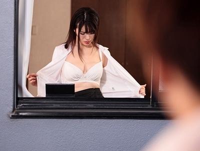 寮の向かいに住んでいるのは憧れの女教師!こっそり覗きがバレたが…お咎めなしなのでフルボッキチンポを見せつけた結果w