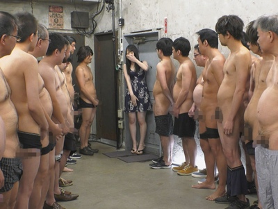 これは激ヤバ企画!色白・華奢な美少女が野郎たちに囲まれて34連発中出し!