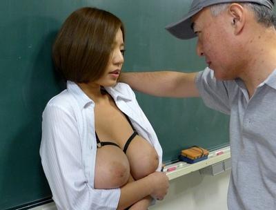 「もう…我慢できません///」用務員の中年オヤジテクに溺れた巨乳女教師!