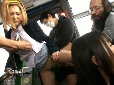 あの軽音部の5人組がバス内痴漢に遭い…キモメンたちの大乱交場にw