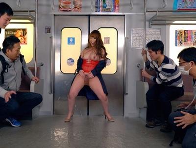 この痴女ヤバ過ぎる!電車内で噴水しながら男に手あたり次第痴女るビッチ!