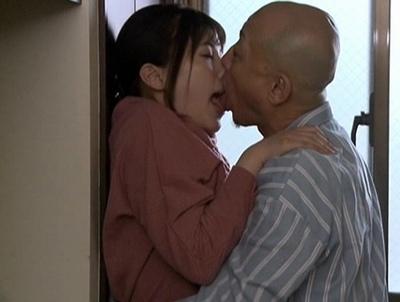 旦那のチンポじゃ満足できない欲求不満過ぎる隣の奥様は…ハゲ親父のチンポでもイキまくり!