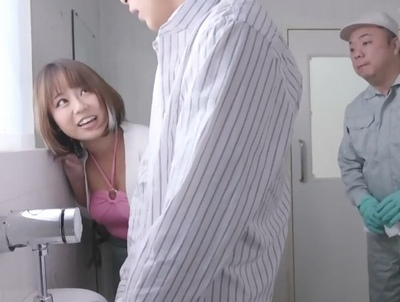 「ちっさ笑」男子便所で粗チンをバカにする巨乳ギャルが公開SEXに!