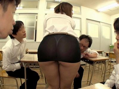 「みんなこれが見たいんでしょ?///」超ミニスカで生徒を誘惑してくる女教師!